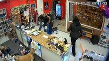 Une famille se bat contre un voleur armé d'un pistolet de détresse