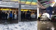 Quand des étudiants placent des énormes boules de neige devant les portes d'une bibliothèque universitaire.