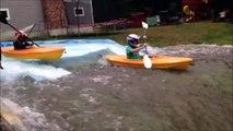 Regardez comment ce papa recrée une rivière pour ses 2 fils et leur kayak...