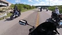 Un motard piégé par le soleil ne voit pas la glissière de sécurité. Choc de face...