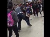 Un agent de sécurité tente de plaquer un lycéen mais tombe sur le mauvais gars