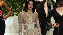 La tenue de Kendall Jenner qui dévoile ses fesses au défilé La Perla NYFW