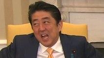 El incómodo apretón de manos entre Donald Trump y Shinzo Abe