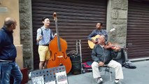 Turista se une a músicos callejeros y la que lian es poca