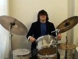 Il joue de la musique classique à la batterie !