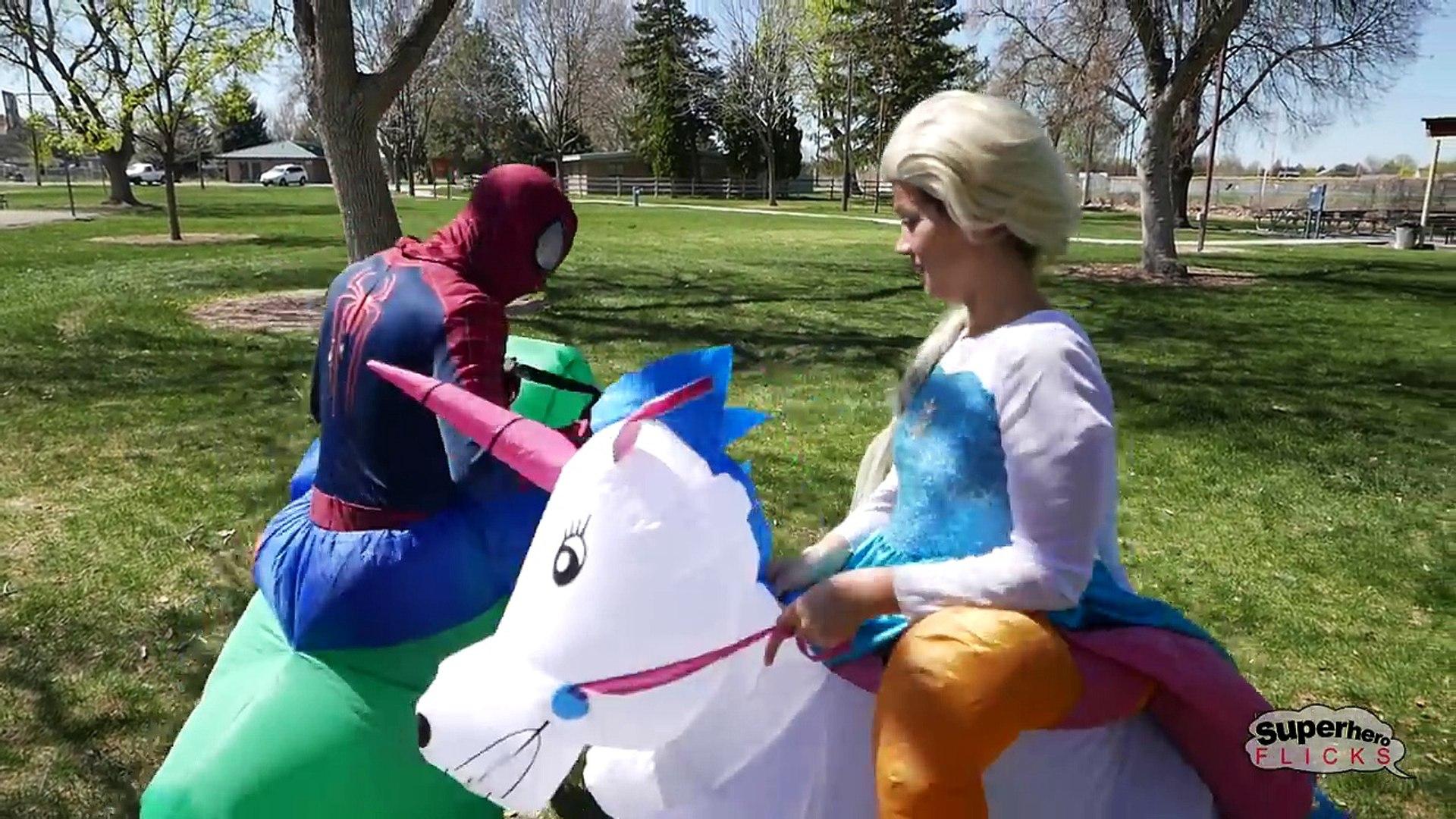 Iron Spiderman vs Rhino vs Olaf Rhino Roba Avión de Olaf | la Vida Real Superhéroe Mo
