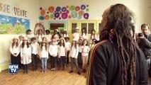 Des enfants chantent pour financer leur classe verte
