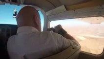 Régis prend une photo par la fenêtre de l'avion !