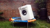 Machine à laver, un briques et une trampoline, ça donne un gros moment de délire!