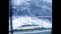 Barco mercante enfrentado a una ola de 10 metros