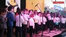 Plescop (56). Les enfants des écoles bretonnantes chantent en breton au Roue Waroch