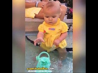 Sevimli Bebişin Yüzme Keyfi