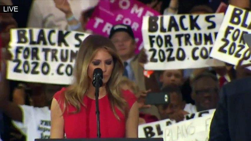 """News : Melania Trump contre-attaque et récite le """"Notre Père"""" au Meeting de Floride !"""