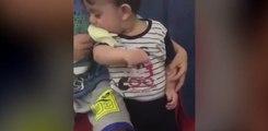 Ce petit garçon de 3ans essaye de manger un oiseau vivant !