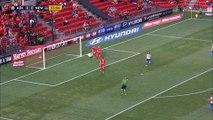 Le gardien d'Adelaide United percute son poteau après un superbe arret. En pleine tête