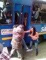 Un chauffeur de bus coince un voleur entre les portes du bus en guise de punition.