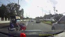 Ce gars en scooter passe tout près de la mort... Crash ridicule mais quel chanceux