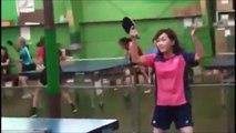 Elle joue au ping-pong sans raquette... Avec sa tête