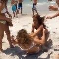 Deux filles se disputent sur la plage