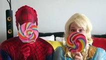 Spiderman y Congelado Elsa vs Caca y Pedos broma! w/ Rosa Spidergirl Diversión Superhéroe en Real