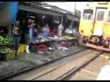 Train dans le marché de Bangkok