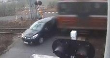Un automobiliste fait une grosse erreur en traversant un passage à niveau aux barrières baissées !