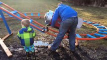 Il construit une montagne russe dans son jardin pour son fils