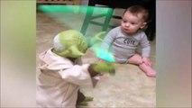 Un bébé padawan attaqué par Maitre Yoda
