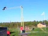 Un Estonien tente de faire un tour complet sur une balançoire géante