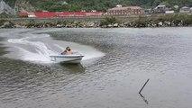 Quand Régis fait du bateau sur un fleuve