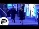 Zahia Dehar - Elle n'arrive toujours pas à monter des marches ! (Défilé Jean Paul Gauthier)