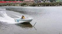 Un régis fait un tour de bateau
