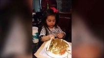 Cette fillette vous montre comment utiliser des baguettes chinoises