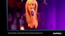 Une chanteuse laisse échapper un sein en plein concert !
