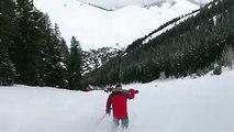 Il ski avec ses chaussures de ski