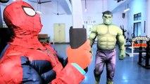 Человек-паук в реальной жизни Супергеройское кино Супергеройское сражение пародия бой Бэтмена против Халка Джокер