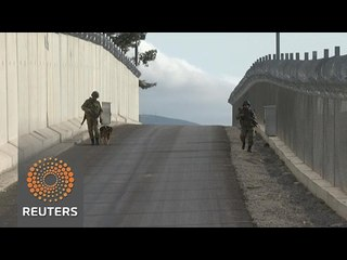 Turkey clamps down Syria border as IS battle looms