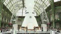 Un défilé Chanel très «spatial» au Grand Palais