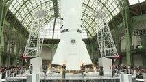 """Un défilé Chanel très """"spatial"""" au Grand Palais"""