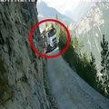 Ce camion emprunte la route la plus dangereuse du monde !