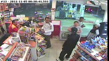 Un braqueur tombe sur le mauvais gars dans une station service !