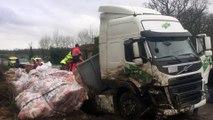 Saint-Claud: un camion se renverse, la D 951 bloquée (images Renaud Joubert)
