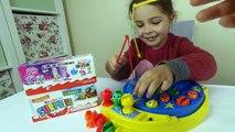 VAMOS a IR a PESCAR JUEGO de los Huevos Sorpresa de la Apertura de los Juguetes de la Familia Actividad Divertida para los Niños a Aprender los Colores