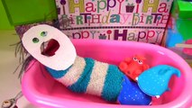 Fizzy Opens Birthday Presents, Takes a Bath & Gets a New Look _ Fizzy Toy Show-r12n