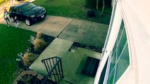 Une petite fille s'envole avec la porte à cause de vents violents