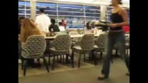 Une étudiante qui glisse et fait une grosse chute avec son plateau !