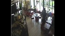 Un serveur qui glisse et chute violemment devant des clients !
