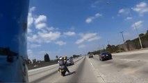 Un motard tente de faire une roue arrière sur l'autoroute.
