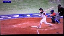 Un enfant ruine le home run d'un joueur de baseball en rattrapant une balle avant la barrière