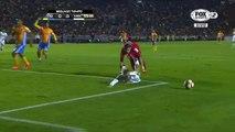 Ce joueur de foot fait une simulation ridicule pour obtenir un penalty mais se prend un carton